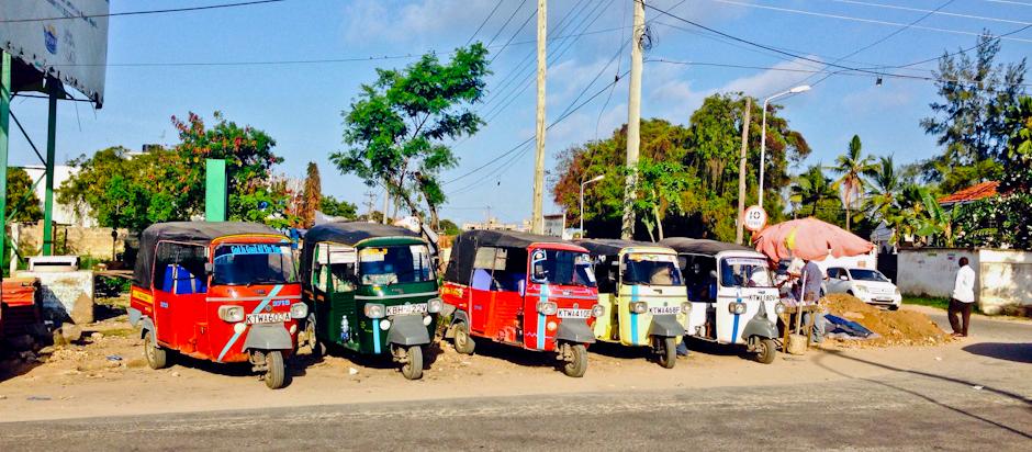 Tuk Tuks vor der Nyali City Mall, Mombasa