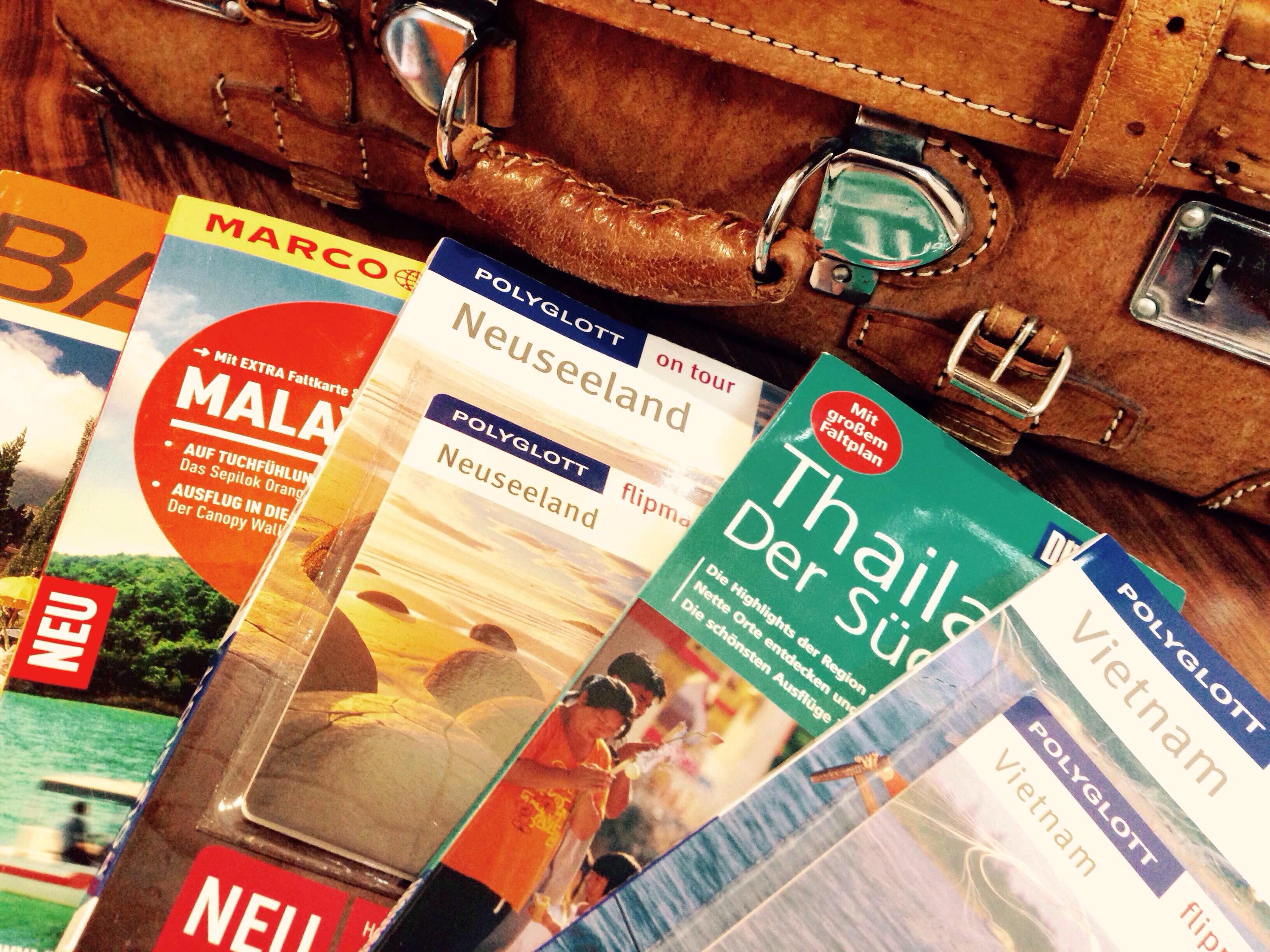 Koffer mit Reiseführern