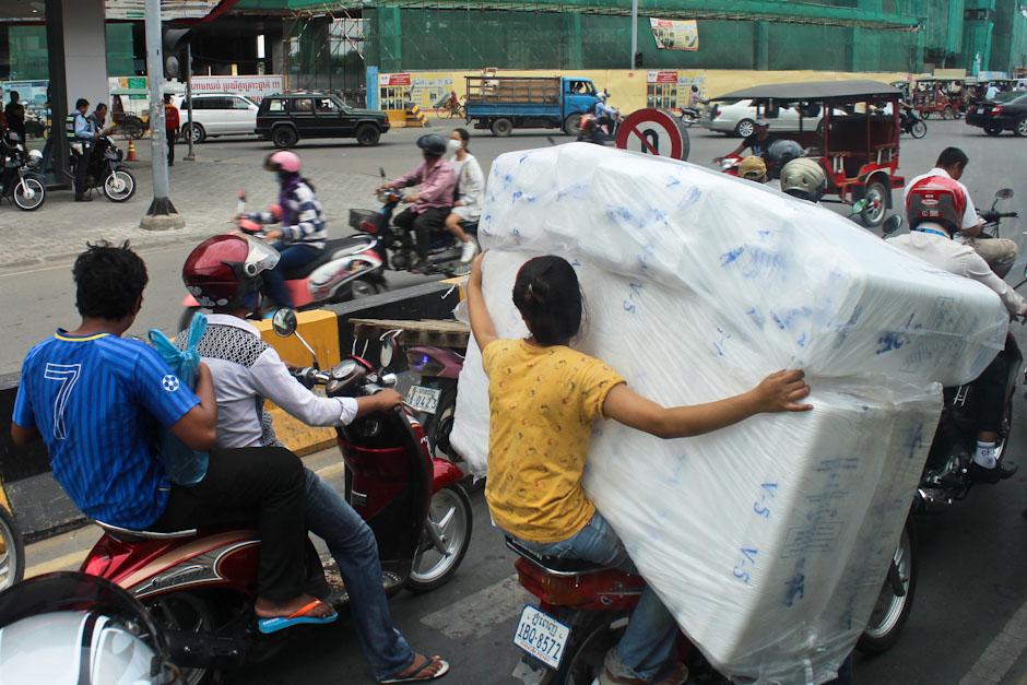 Rollerfahrer in den Straßen von Phnom Penh, Kambodscha