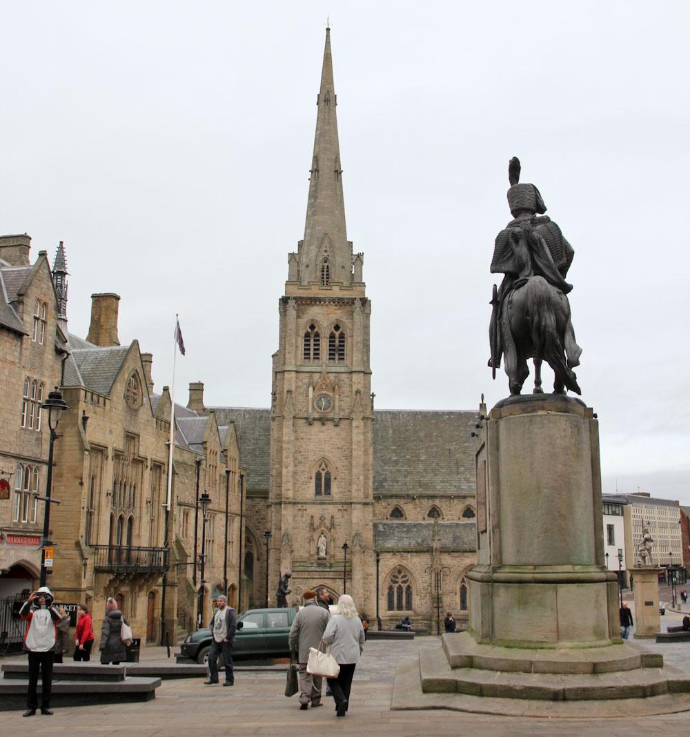 Durham Market Square, Marktplatz mit Statue