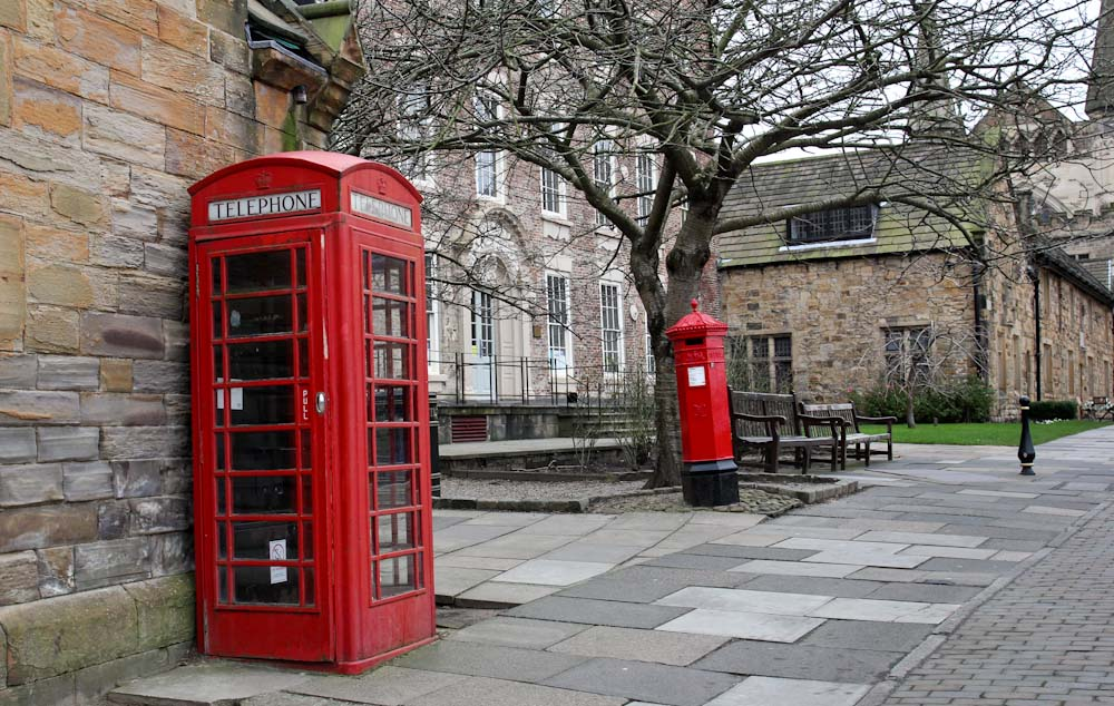 Englische Telefonzelle in Durham Castle