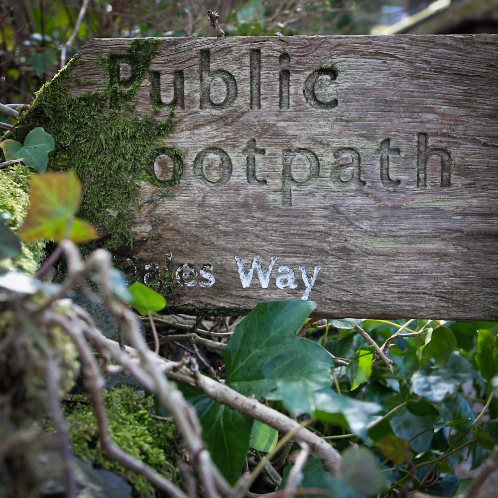 Public Footpath, Holzschild für The Dales Way in Bowness on Windermere