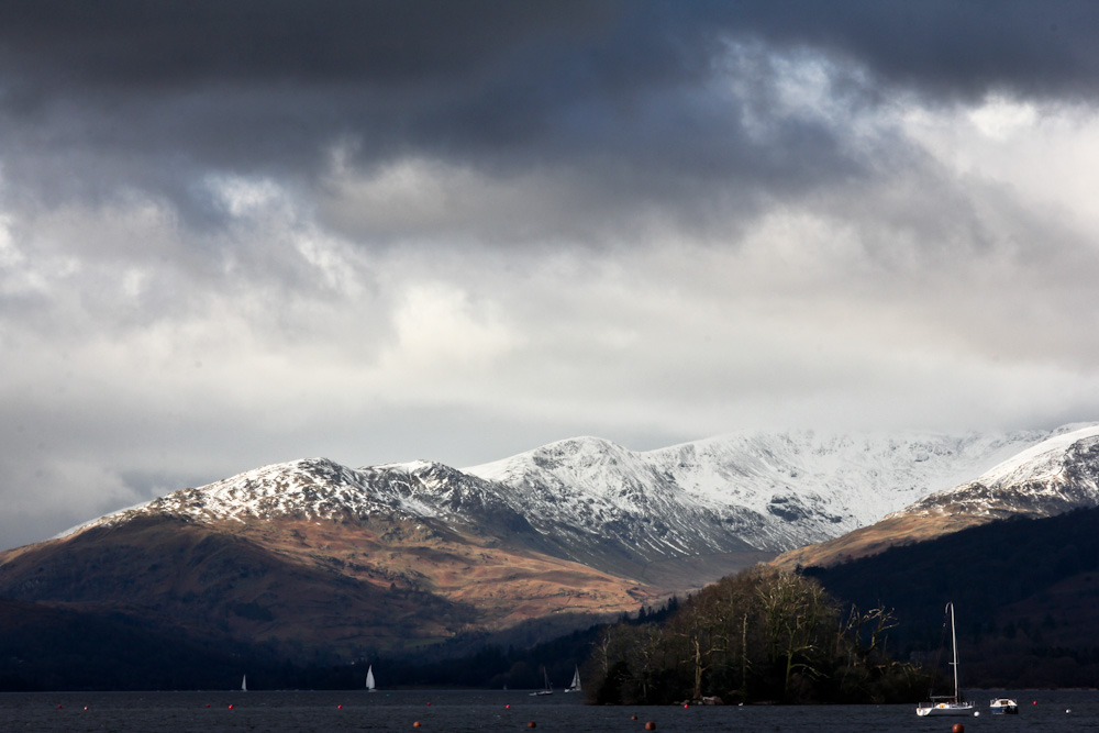 Schneebedeckte Hügel am Lake Windermere, Lake District, England