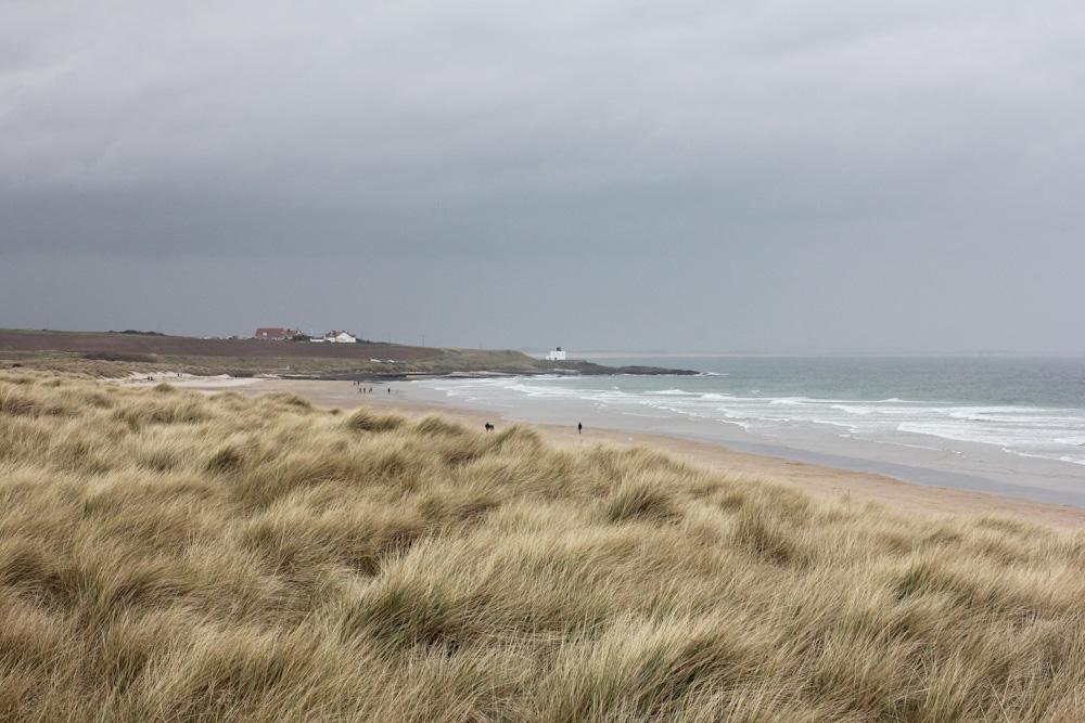 Strand vor dem Bamburgh Castle, Nordengland