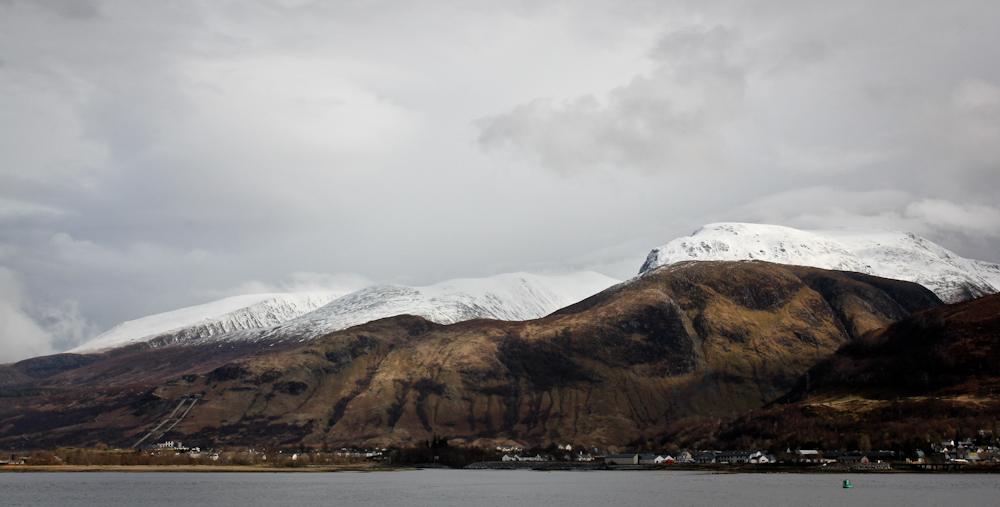 Schneebedeckte Berggipfel in den Schottische Highlands